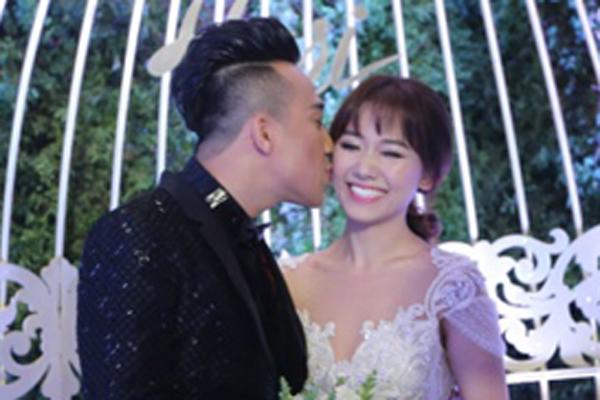 Trấn Thành hôn má Hari Won khi xuất hiện tại đám cưới