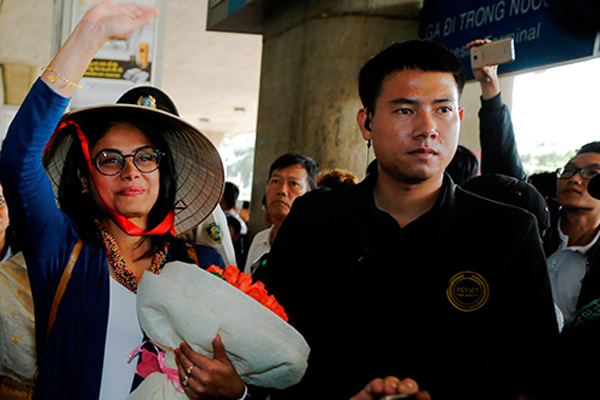 Fan Việt vây kín sao 'Cô dâu 8 tuổi' ở sân bay